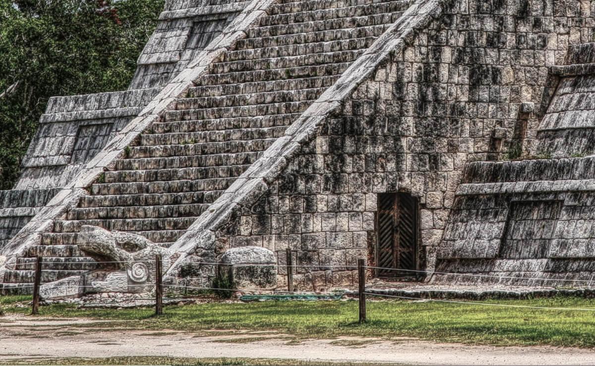 Entrada en la Base de la Pirámide de Kukulkán