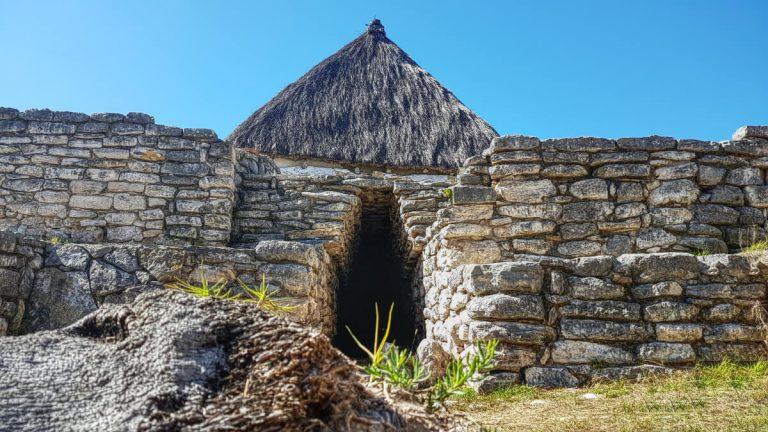 Paso cerrado por capilla en Xcambo