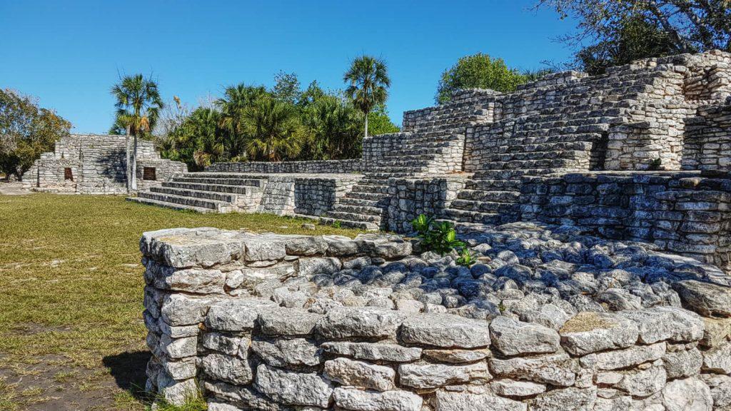 Pirámide de los Sacrificios y lado Oeste de la Plaza Principal con el Baño de Vapor en Xcambó