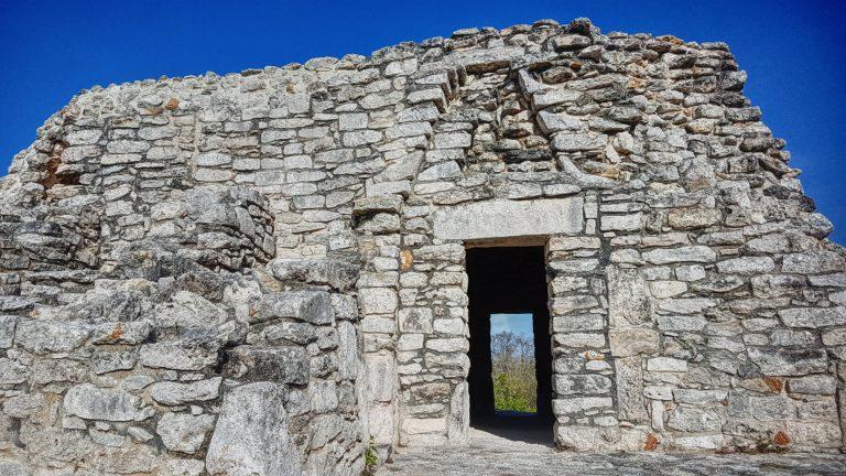 Puerta del Templo de los Nichos en Mayapan